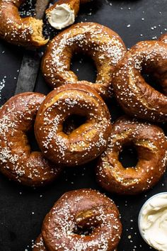 The easiest Homemade Pretzel Bagels with double the salt and a little extra butter too. A mix between a soft, buttery, salty pretzel and slight chewy bagel. Homemade Pretzels, Homemade Bagels, Snacks Homemade, Pavlova, Sauce Creme, Bagel Shop, Brunch, Half Baked Harvest, Challah
