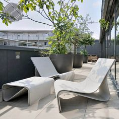 Modern outdoor furniture gives you the ability to truly enjoy spring, summer and autumn. Modern outdoor patio furniture combines your love of outdoor, entertainment and modern design in a simple and sophisticated package. Concrete Outdoor Furniture, Modern Outdoor Furniture, Concrete Patio, Modern Chairs, Concrete Design, Garden Furniture Design, Porch Furniture, Garden Design, Apartment Furniture