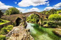 Capital del antiguo Reino de #Asturias hasta el año 774, Cangas de Onís es famosa por su puente romano a orillas de Río Sella.