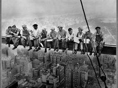 30 Fotografias da Década de 1930 - La Parola O almoço na construção do arranha-céu GE Building, Nova York, em 1932. Foto de Charles C. Ebbets.