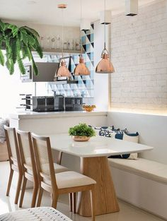 Luzes de leds no encosto do banco trazem um clima de aconchego à sala de jantar. Projeto da arquiteta Elen Saravalli.