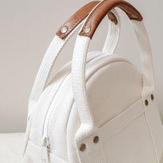 Borsa tote rotonda Kurashiki in tela taglia S maru tote / . Leather Handbags, Leather Bag, Diy Bags Purses, Art Bag, Round Bag, Crochet Shoes, Fabric Bags, Nylon Bag, Shopper