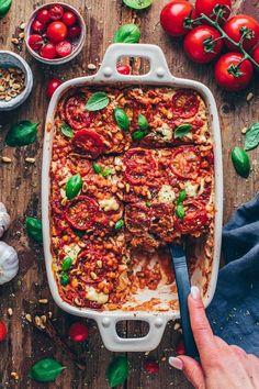 Vegane Lasagne mit Cashew Béchamel Sauce, Zucchini und Linsen Tomatensauce Vegan lasagna with cashew bechamel sauce, zucchini and lentil tomato sauce Vegetarian Recipes Videos, Vegetarian Breakfast Recipes, Vegan Recipes, Delicious Recipes, Vegan Vegetarian, Vegan Food, Vegetarian Lasagne, Healthy Lasagna, Lentil Recipes