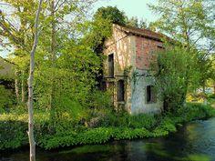 La vieille maison abandonnée - Ferrieres-en-Gatinais, Centre Abandoned Mansions, Abandoned Places, Poitou Charentes, Haunted Places, Back In Time, Old Houses, Europe, Cabin, France