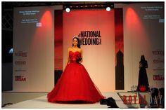 Jak zawsze czerwona suknia ślubna zapiera dech w piersiach. Która z panien odważy się na taką ekstrawagancję?