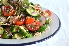Prepara paso a paso un delicioso Fattoush, receta de cocina muy fácil, rápida y nutritiva basada en vegetales y especias.