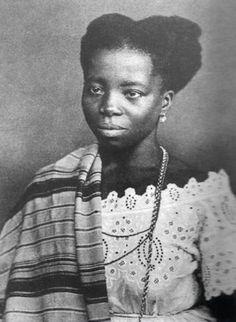 Tia Ciata - Hilária Batista de Almeida, mais conhecida como Tia Ciata, nasceu em 1854. Ela foi uma cozinheira, mãe de santo e uma das tias baianas importantíssima para que o samba exista até hoje. Na época das perseguições contra os negros e sua cultura, ela e outras tias baianas davam espaço em seus quintais e terreiros para o samba acontecer.