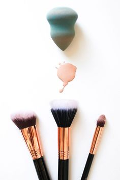 Save these beauty tips to see when to properly use a makeup brush, sponge or just your finger. Beauty Tips For Teens, Beauty Tips For Face, Natural Beauty Tips, All Things Beauty, Beauty Ideas, Eye Makeup Cut Crease, Skin Makeup, Makeup Tools, Makeup Brushes