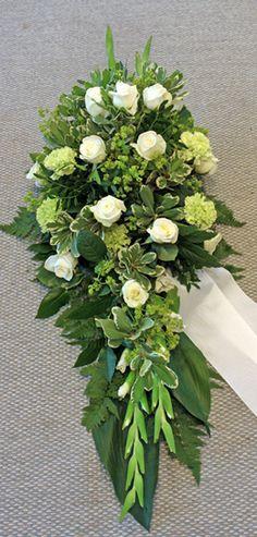 Vit och grön sorgdekoration 131027 Vita rosor Akito, grön nejlika, daggkåpa, vita nejlikor. Nr 6L
