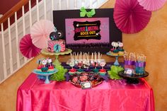 {Real} Dance Party – Kaylee and Mikenna Rock Out! on http://frogprincepaperie.com #danceparty #birthday #party #shakeitup