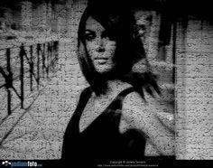 JE SUIS PRISONNIÈRE - Uma mulher que pare prisioneira, dados os efeitos usados.