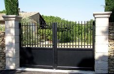 Portail en fer forgé Profils systèmes Door Gate Design, Fence Design, Driveway Gate, Fence Gate, Iron Gates, My House, Garage Doors, Farmhouse, Backyard