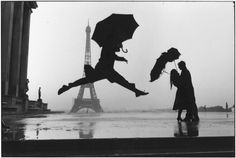 Elliot Erwitt - Paris La Tour Eiffel This is an awesome decisive moment. The black and white emphasizes  the silhouette well