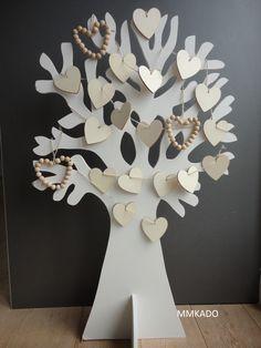 Wensboom voor een trouwerij met hartjes in naturel hout waarop de gasten hun gelukwensen schrijven.  http://www.mmkado.nl