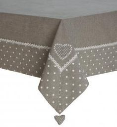 Nappe rectangle grise. Cœur à suspendre pour un tombé impeccable. 100% Coton. Existent en plusieurs tailles.