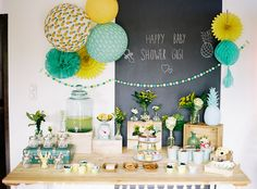 Sweet table baby shower thème jaune, ananas et grand mur ardoise