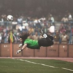 """José René Higuita Zapata is a Colombian former football goalkeeper nicknamed El Loco (""""The Madman""""). Rene Higuita was well known for his 'sweeper' playing st. World Football, Football Players, Football Celebrations, Football Photos, Soccer Training, Video Film, World Star, Big Love, Goalkeeper"""