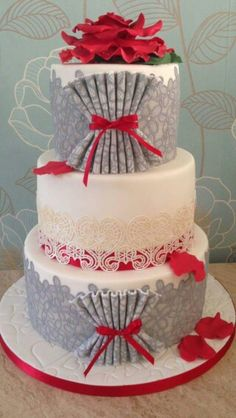 I wouldn't normally espouse the beauty of a grey cake (just me), but this one is stunning with the red. Leaving the middle layer white was very smart.