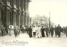 Emperor Nicolas II and family members, before the winter palace. 1906 . Uit Rusland, jan. 2013