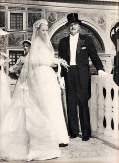1956 - Grace Kelly and her Father on her wedding day to Prince Rainier of Monaco, becomes a real-life princess. Grace Kelly Wedding, Grace Kelly Style, Princess Grace Kelly, Princess Caroline Of Monaco, Old Hollywood, Classic Hollywood, Patricia Kelly, Pronovias, Prince Rainier