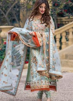 Latest Lawn Styles for Bridal Wedding Dresses, Party Wear Dresses, St… Pakistani Formal Dresses, Pakistani Fashion Casual, Pakistani Dress Design, Pakistani Outfits, Indian Outfits, Muslim Fashion, Indian Fashion, Pakistani Mehndi Dress, Pakistani Couture