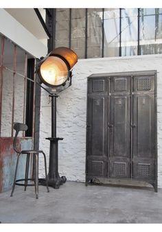 Vestiaire d'atelier industriel (vers x x cm Steampunk Furniture, Vintage Industrial Furniture, Industrial Bedroom, Industrial Farmhouse, Industrial Interiors, Industrial Chic, Repurposed Furniture, Light Bulb Wattage, Indoor String Lights