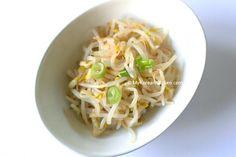 Korean Style Seasoned Mung Bean Sprouts Salad (Sukju Namul Muchim)