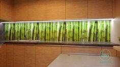 Powiało tropikami, las bambusowy w kuchni na szklanym panelu.