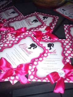 Material impreso para el cumpleaño de Barbie Sillohuette, en tonos rosado fucsia, rosado claro, blanco y negro.  Invitaciones ilusión de relieve 3D, lazo de