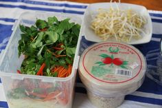 How to make Vietnamese Rice Paper Rolls. They make great party food they are fresh and vibrant. Vietnamese Recipes, Asian Recipes, Vegetarian Recipes, Cooking Recipes, Healthy Recipes, Rice Paper Recipes, Vietnamese Rice Paper Rolls, Laos Food, Salad Rolls