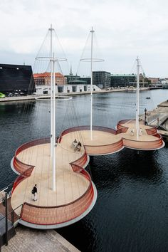 """Il ponte Cirkelbroen a Copenhagen Cirkelbroen, in italiano """"ponte circolare"""", è il nuovo ponte inaugurato nel quartiere di Christianshavn, a Copenaghen. Il Cirkelbroen, realizzato dallo Studio Olafur Eliasson, ha la particolarità di essere composto da una successione di cinque ampie piattaforme circolari di differenti dimensioni, ognuna con il suo albero al centro. L'idea nasce per creare nuovi spazi sul waterfront di ponte ripensando il passaggio lineare e ponendo l'accento sulla sua storia…"""