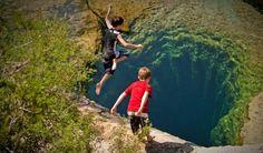 Parece que as crianças vão se jogar em um abismo gigante. Na verdade, trata-se do buraco de Jabob, no estado do Texas, nos Estados Unidos. Esta bacia artesiana tem 4 metros de diâmetro e 10 metros de profundidade. A água é tão transparente que parece que as crianças vão se jogar no vazio.
