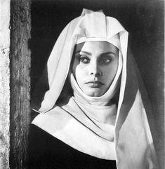 "OK OK, Sophia Loren is not a real nun. But she does resemble one here! Sophia Loren ""The Nun of Monza"". Sophia Loren Film, Loren Sofia, Classic Hollywood, Old Hollywood, Hollywood Stars, Make Up Workshop, Divas, Hot Nun, Nuns Habits"
