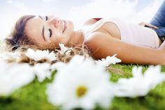 Enquanto a beleza e o aroma das flores se espalham, muitas pessoas começam a sofrer os efeitos negativos da estação. O período é bastante problemático para quem possui doenças como rinite.