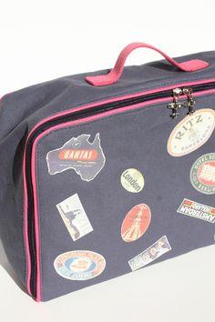 Valisette en tissu très jolie avec les étiquettes de grand voyageur