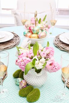 Love these bold and colorful Easter table decor ideas! See more on ablissfulnest.com/ #easter #eastertable #easterdecor