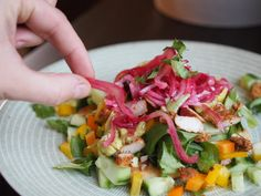 Mutsi ja Murupullat : Paras ja helpoin marinoitu punasipuli ikinä! Cobb Salad, Salsa, Tacos, Mexican, Ethnic Recipes, Food, Salsa Music, Restaurant Salsa, Hoods
