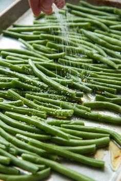 Easy and Addictive Roasted Green Beans | Will Cook For Friends Oven Green Beans, Oven Roasted Green Beans, Baked Green Beans, Grilled Green Beans, Baked Beans, Veggie Side Dishes, Vegetable Sides, Vegetable Recipes, Sprouts Vegetable