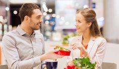 出典:https://tapple.me 彼氏や結婚相手にどんな男性を選ぼうとも、すべては女性の自由です。ただ、最近は40前後の男性、いわゆる「アラフォー男性」が熱いことを知っていますか? なぜアラフォー男性が熱く注目されているのでしょうか。 アラフォー男性が熱い理由1:経済力 出典:http://www.ura-keiba.com 景気が上向いたと言いながらも、まだまだ不景気の波に足を取られたままの方々も多いことでしょう。 そのため「絶対」とは言えませんが、社会人に成り立ての男性に比べて、アラフォー男性の経済力は魅力の1つだと言えるでしょう。 一般的に社会人20代は仕事を覚える期間なので、給料は安く休みは少ない、突然の残業、休日出勤もザラにあります。 一般的に社会人30代は上がった給料と少しばかりの余暇を使って、社会人レベルで自分の趣味などに勘を使う人が多くなります。 付き合う余裕もできますが、結婚を意識せずに楽しんでいるだけの男性も多いのかもしれません。 そういう背景からも、結婚を具体的に意識し、ある程度の給料や地位を手に入れているアラフォー男性が熱いのです。…