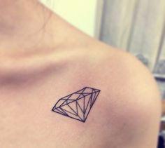 tatuaje de diamante en el hombro