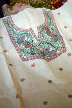Fabric Painting On Clothes, Painted Clothes, Fabric Art, Hand Painted Sarees, Hand Painted Fabric, Madhubani Art, Madhubani Painting, Embroidery Hoop Art, Hand Embroidery Designs