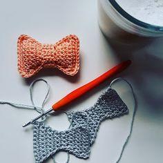 Handmade by J: Gratis patroon voor een strikje! Handmade by J: Gratis patroon voor een strikje! Easy Crochet Patterns, Baby Patterns, Knitting Patterns, Crochet For Kids, Crochet Toys, Knit Crochet, Baby F, Baby Born, Crochet Accessories
