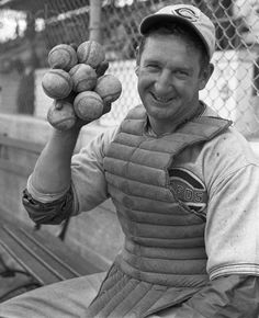 Ernie Lombardi- Cincinnati Red, could hold 7 baseballs in 1 hand. Johnny Bench could also do this. Baseball Photos, Sports Photos, Baseball Cards, Baseball Stuff, Cincinnati Reds Baseball, Indianapolis Colts, Pittsburgh Steelers, Dallas Cowboys, Fun Facts About Life