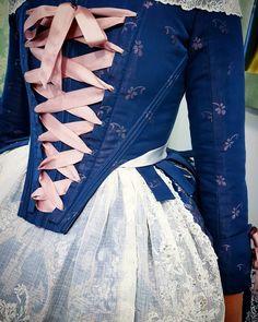 La imagen puede contener: una o varias personas Old Fashion Dresses, Big Dresses, 18th Century Clothing, 18th Century Fashion, Drag Clothing, Corset Pattern, Historical Clothing, Swing Dress, Retro Fashion