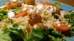 Salade de boulgour et falafel par Benkku81 Falafel, Grains, Chicken, Meat, Food, Chopped Salads, Cherry Tomatoes, Yogurt, Rice