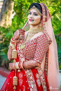 "Photo from Rishi Goenka ""Wedding photography"" album Indian Bride Photography Poses, Indian Bride Poses, Indian Wedding Poses, Indian Bridal Photos, Wedding Couple Poses Photography, Indian Bridal Outfits, Bridal Poses, Bridal Photoshoot, Saree Gown"