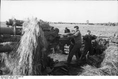 8,8 cm schwere Fliegerabwehrkanone 18/36 L/56 (8,8 cm Fla.K. 18/36)  Deutsches Bundesarchiv Bild 101I-455-0007-26   Sowjetunion.- Soldaten der Luftwaffen an getarntem, schwerem 8,8cm Flak-Geschütz (Laden oder Reinigen?) in Stellung auf einem Feld; PK KBZ Lfl 1.1942