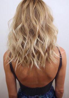 blond-californien-cheveux-blonds-coupe-carré-wavy