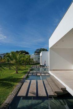 Com 880 m², casa tem escadas que parecem flutuar sobre espelho d'água - Casa e Decoração - UOL Mulher