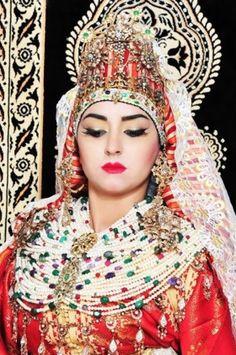 لا تنتهي الإحتفالات بالزفاف خلال ليلة واحدة فقط في المغرب ولا تتألق العروس برداء أبيض عادي، بل ترتدي أجمل القفاطين المرصعةّ بالأحجار، وتتزيّن بنقوش الحناء على يديها وأرجلها. إذاً عروس المغربية غير عادية ولا تقلّد أحداً، بل هي مصدر وحي …